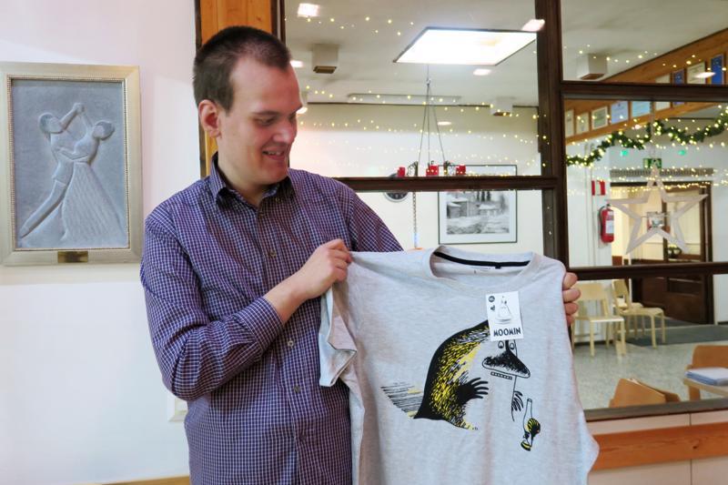 Marko Selkäinaho oli todella iloinen saamastaan lahjasta ja esitteli ylpeänä Muumi-puseroa.