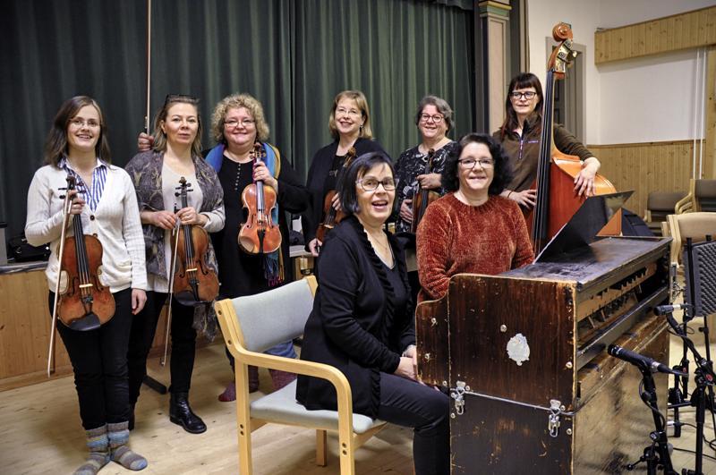 Akkapelimannit äänittivät tulevan levynsä Salonkylän nuorisoseurantalolla viikonvaihteessa. Kuvassa harmonin takana Merja Wirkkala ja Kaarina Nisonen, takana vasemmalta Leenakaisa Sandberg, Minna Järvelä, Kreeta-Maria Kentala, Kaija Saarikettu, Maria Pulakka ja Jaana Virkkala. Äänitykseen ei ehtinyt mukaan Päivikki Wirkkala-Malmqvist.