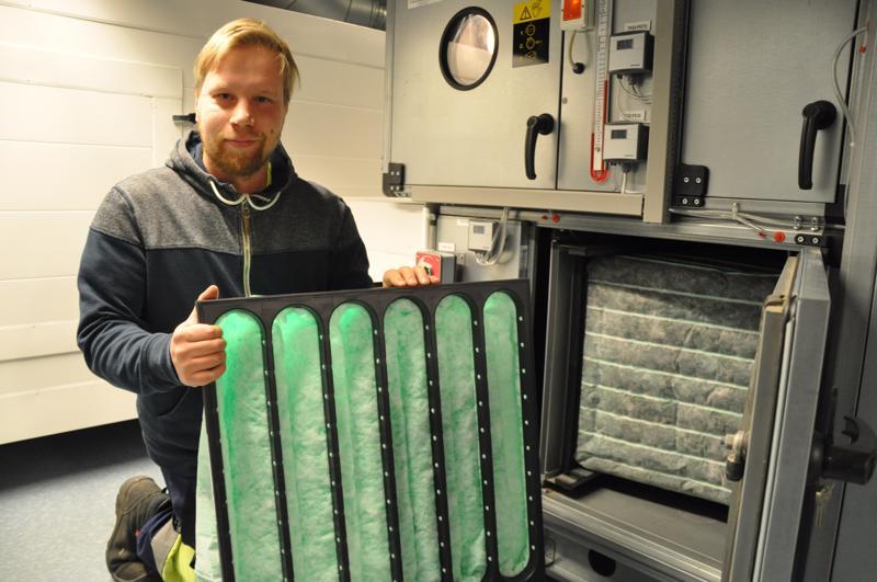 Ilmanvaihdon suodattimet pitää vaihtaa puolivuosittain, Juha Jääskelä näyttää.