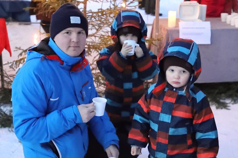 Sulo (oik.), Maunu ja Reino Tyni olivat toista kertaa joulupolulla. Poikien joululahjatoiveet liittyvät Ryhmä Hau-pentuihin, mutta isä Reino on tyytyväinen Joulupolusta, joka tarjoaa hienoja jouluisia elämyksiä lapsille.