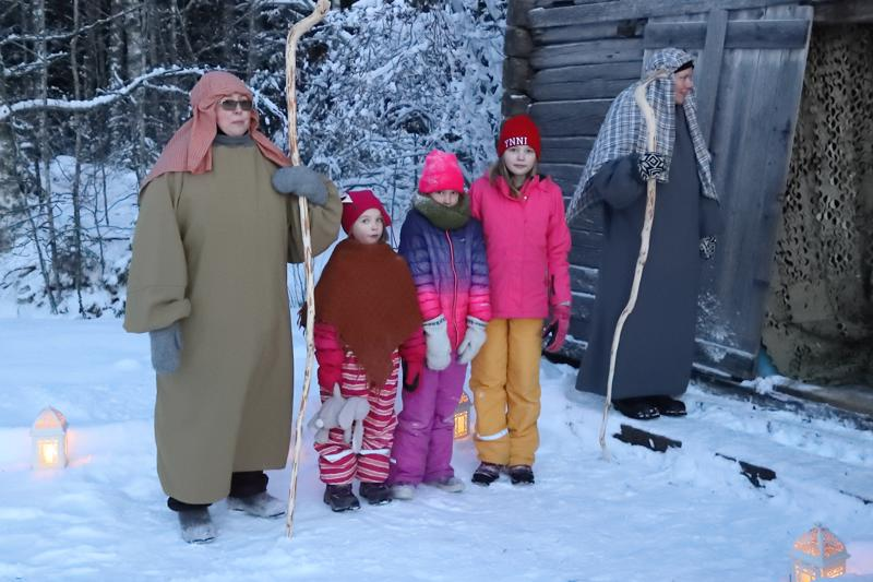 Serkukset Malviina Juusola (toinen oik.) ja Aino ja Ronja Rauhala pääsivät kuvaan seimeä vartiovien paimenten kanssa. Joulupukkikin nähtiin yhdessä kammarissa.