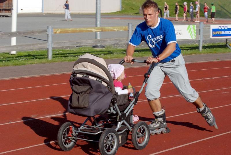 Pohjolan Tehosiivouksen uusi omistaja, Arto Hintsala on myös aktiivinen liikunnan harrastaja ja ison perheen isä. Kuvassa hän on Kunniakierroksella rullaluistelemalla keräämässä varoja liikuntaharrastusten tuksemiseen yhdessä tuolloin vielä vaunuikäisen lapsensa kanssa.