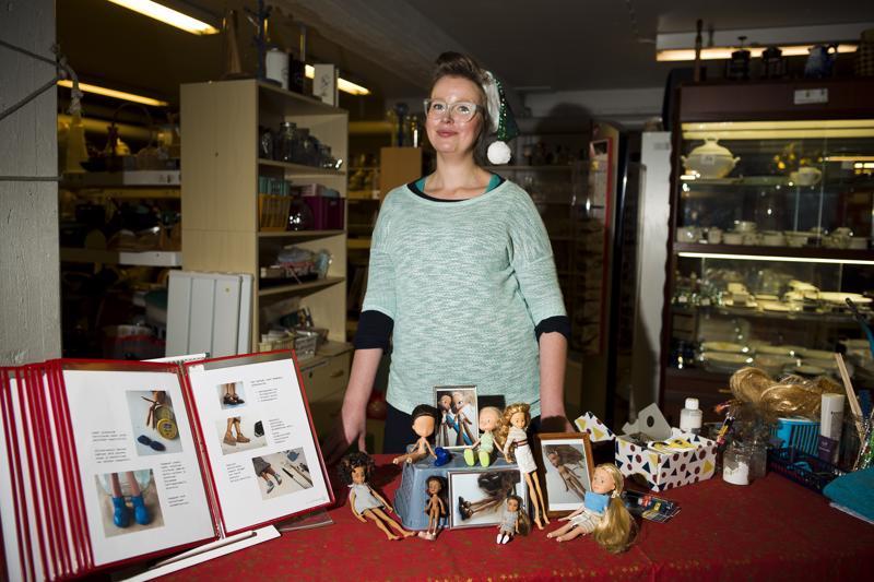 Jutta Ojala oli tuonut malliksi kuvia sekä muutaman itse tuunaamansa nuken, joista kävijät saattoivat hakea inspiraatiota omiin tuunauksiinsa.