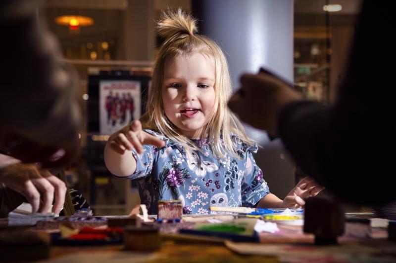 Aava Jylhä on 5-vuotias ja täyttää talvella kuusi. Hän tykkää aivan kaikenlaisesta askartelusta. Maanantaina kirjastolla ilahdutti Taito Keski-Pohjanmaan joulukorttipaja.