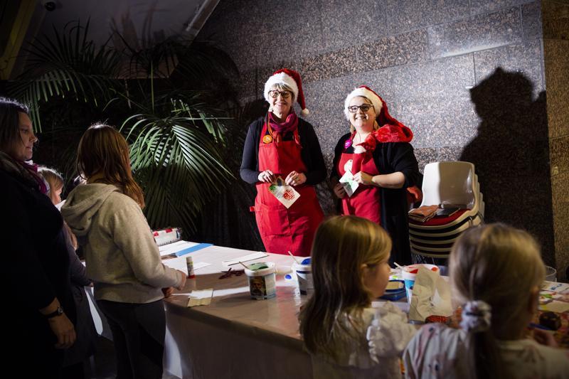Käsityökoulun toiminnanjohtaja Tuula Puoskari ja opettaja Marika Tyynismaa-Joukosalmi järjestivät Kokkolan kirjastossa maksuttoman joulukorttipajan maanantaina alkuillasta.