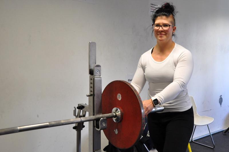 Hanna-Leena Kivijärvi laittoi rautaa tangon päähän reilu kuukausi sitten Kokkolan urheilutalon kuntosalilla.