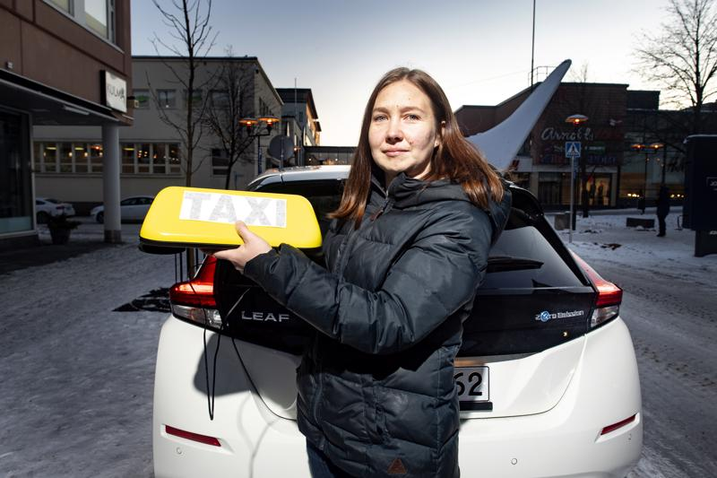 Pedersöreläisestä Sara Hagströmistä tulee ensimmäinen sähköautoa käyttävä taksikuski Pohjanmaalla. Hagström aloittaa liikennöinnin ensi viikolla.