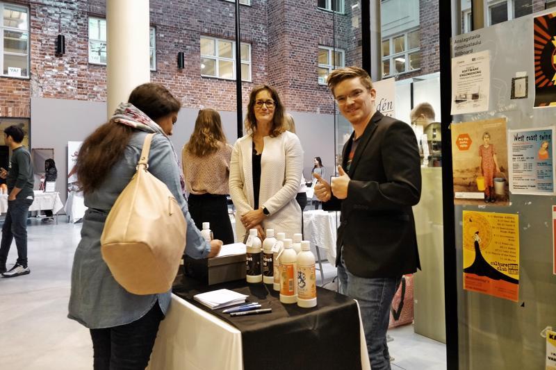 Mikko Saari ja Tuija Partanen suorittavat monimuoto-opiskelijoina tradenomin tutkintoa Centriassa. Heidän NY-yrityksensä liikeideana on tehdä markkinointiselvityksiä.
