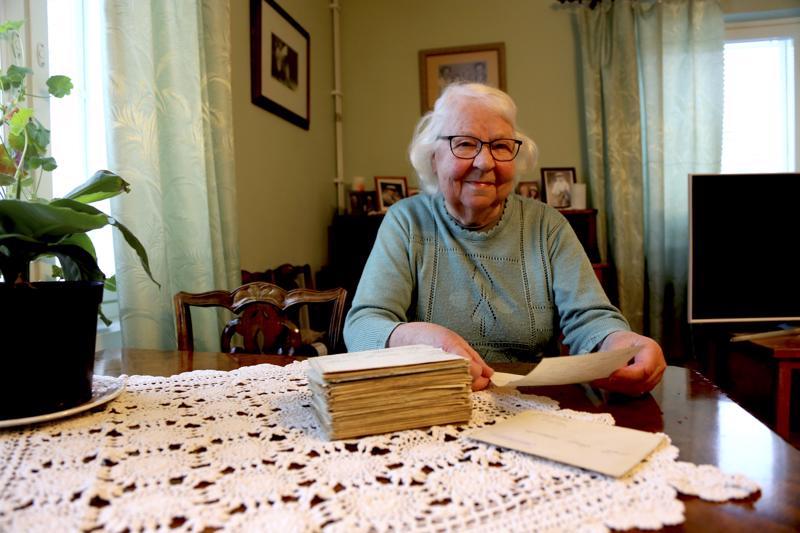 Raili Mikkonen pitää tallessa vanhempiensa sota-ajan kirjeenvaihtoa. Pinosta löytyvät niin Arvon kirjeet rintamalta kotiin Halsualle kuin Bertan ja lasten kirjeet isälle sinne jonnekin.