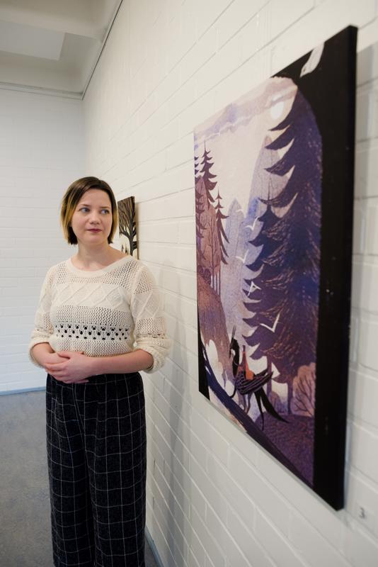 Isokokoinen, kankaalle tulostettu teos Matkatoverit on yksi Pauliina Hannuniemen näyttelyn näyttävimmistä töistä.