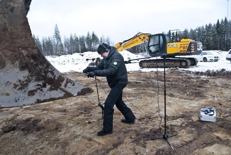 Teemu Haapaniemi äänitti kappalettaan varten kaivinkoneen työn ääniä, mutta soitti myös kaivinkoneen isoa kauhaa.