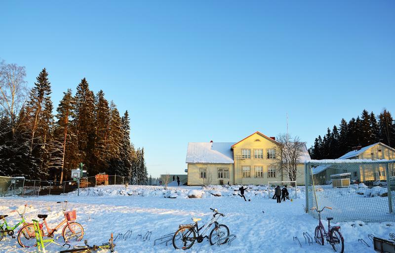 Junttilan koulun 99 peruskoululaista ja 13 eskaria ovat nyt sijoitettuna kolmeen eri rakennukseen. Syksyllä 2021 valmistuu uusi koulu näiden rakennusten taakse.