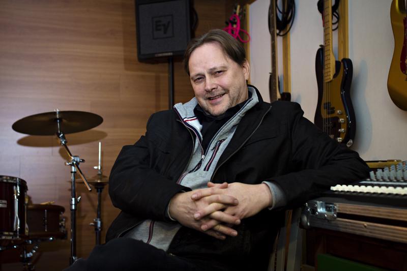Jukka Salmu, mies JSA-Audion takaa, omassa äänitysstudiossaan.
