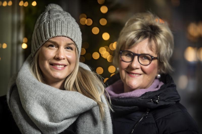 Eveliina ja Eija Jukkola vastaanottivat Keskipohjanmaa-säätiön apurahan, joka myönnettiin tulevan kesän taidenäyttelyä varten.