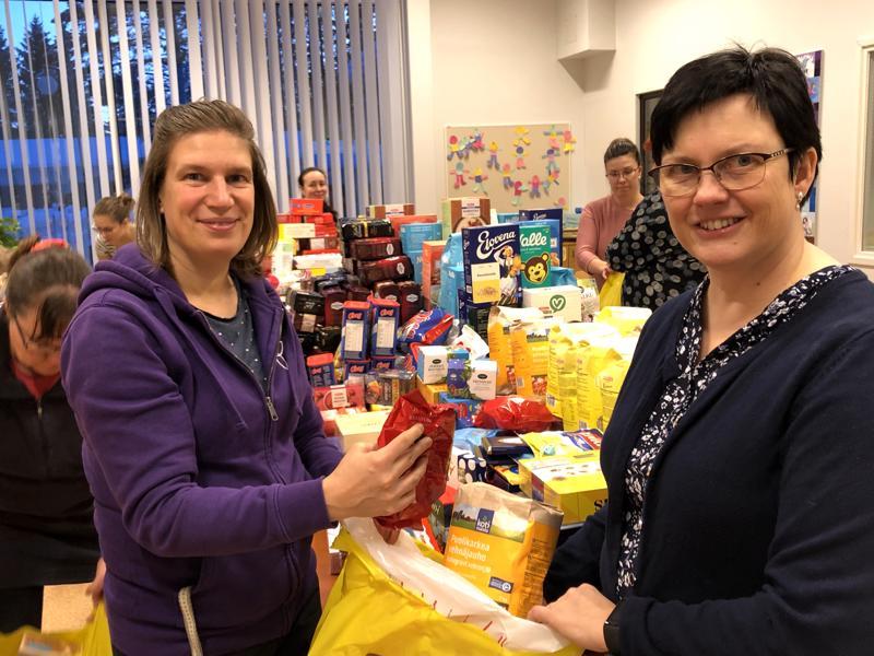 Nivalan seurakunnan diakonissa Marjut Parkkila (vas.) ja keräysvastaava Helena Kujala olivat mukana pakkaamassa lahjoituksia kasseihin seurakuntatalolla.