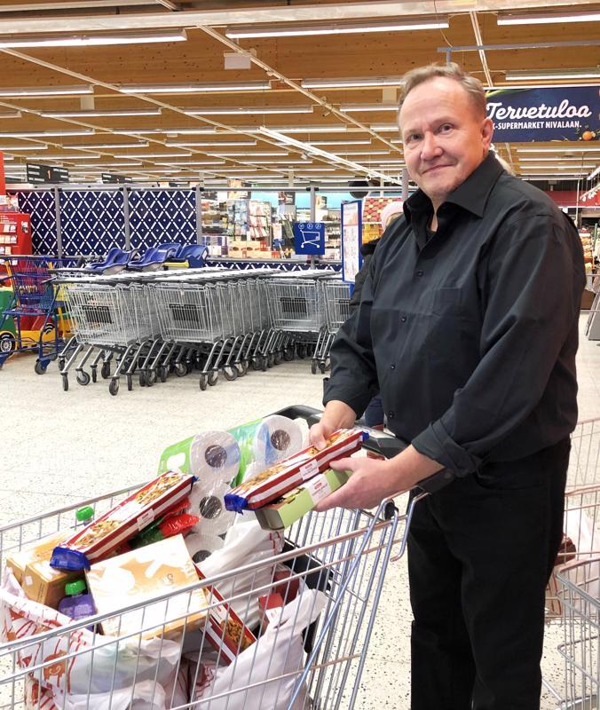 K-supermarketin kauppias Martti Liuska lahjoitti ostoskärryllisen ruokatarvikkeita. - Osallistun mielelläni keräykseen ja olen huomannut, että asiakkaatkin ovat tässä hyvin mukana. Keräys on järjestetty hyvin, ja apu menee suoraan kohteeseen.