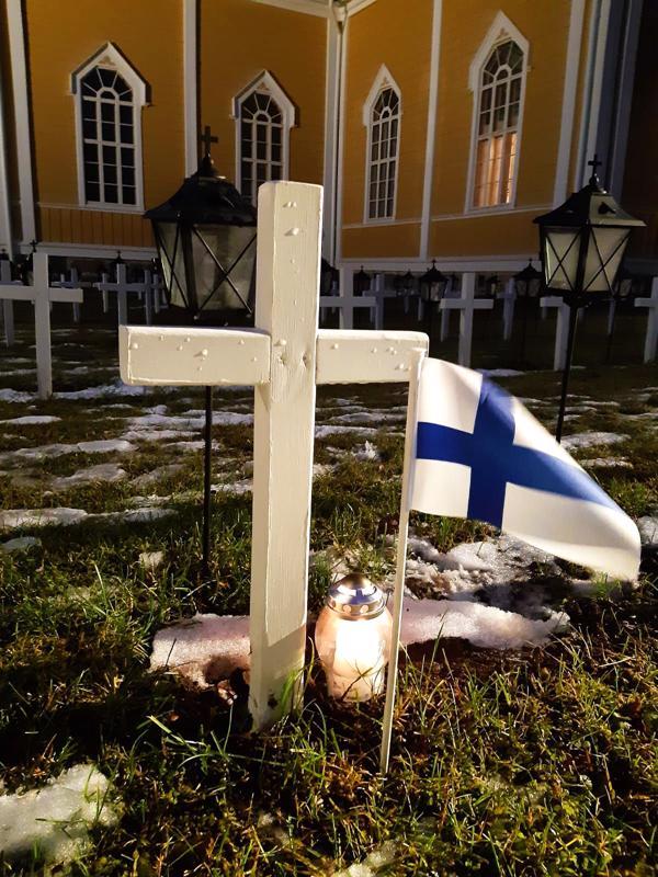Sankarihaudat saavat kynttilöiden rinnalle myös pienet Suomen liput.