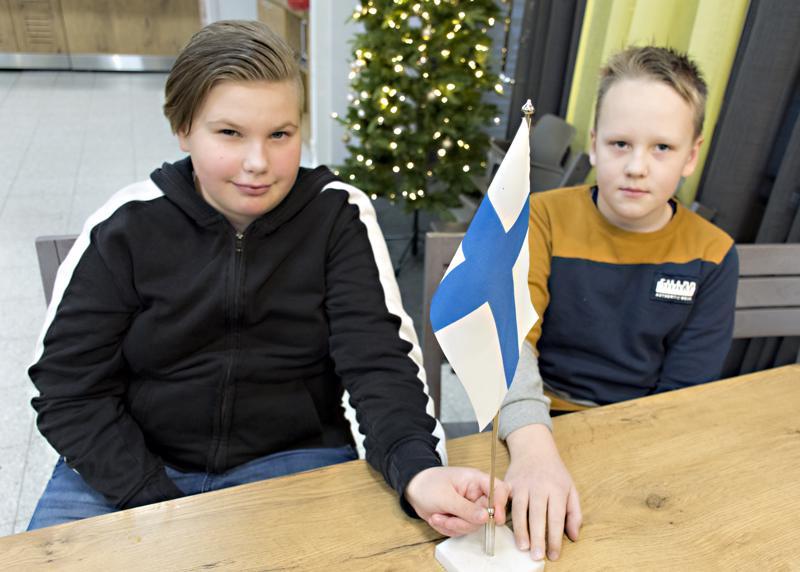 Taika Jutila ja Jaakko Vuotila edustavat tänään Kalajokea valtakunnallisessa lasten itsenäisyysjuhlassa Helsingissä.