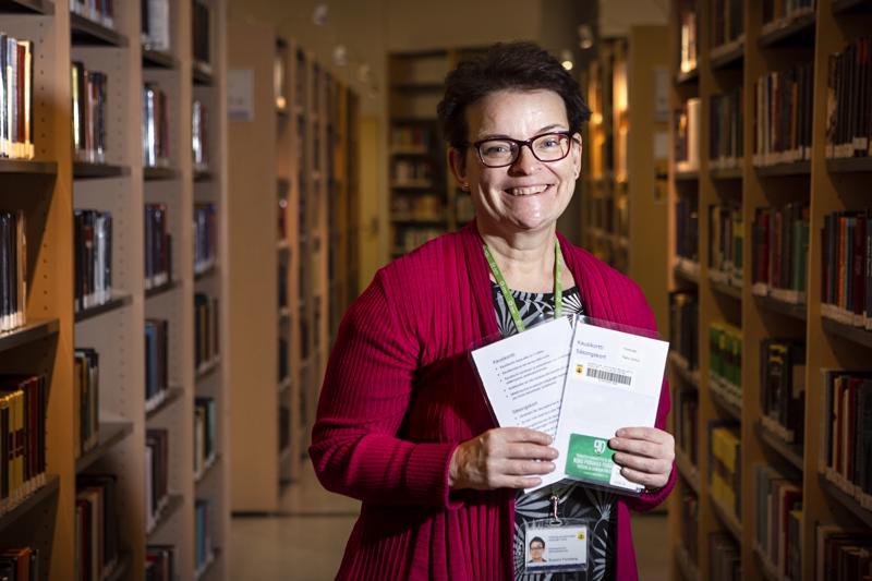 Kirjastotoimen johtaja Susann Forsberg esittelee Kokkolan kaupunginkirjastosta lainattavia KPV:n kausikortteja. Nibacoksen kortit olivat lainassa, joten niitä ei saatu kuvaan mukaan.