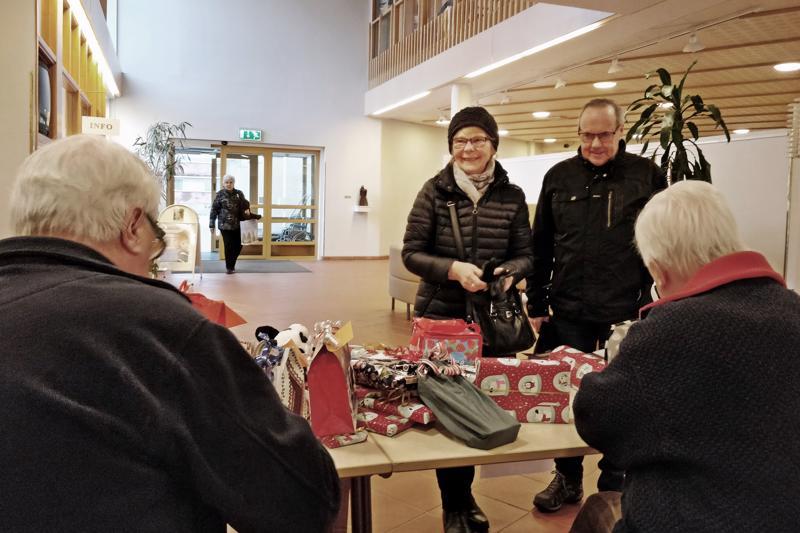 Lea ja Jörgen Hagvist piipahtivat seurakuntakeskuksessa joululahjalahjoituksen merkeissä. Lahjapöydällä päivystivät  vuorollaan Jan-Erik Sandström ja Raimo Forss.