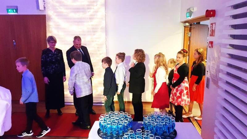 Kaupunginjohtajan itsenäisyyspäivän juhlavastaanotolle oli kutsuttu kaikki Kalajoen neljäsluokkalaiset lapset. Kaupunginjohtaja Jukka Puoskari kätteli puolisonsa Tuula Puoskarin kanssa kaikki juhlavieraat.