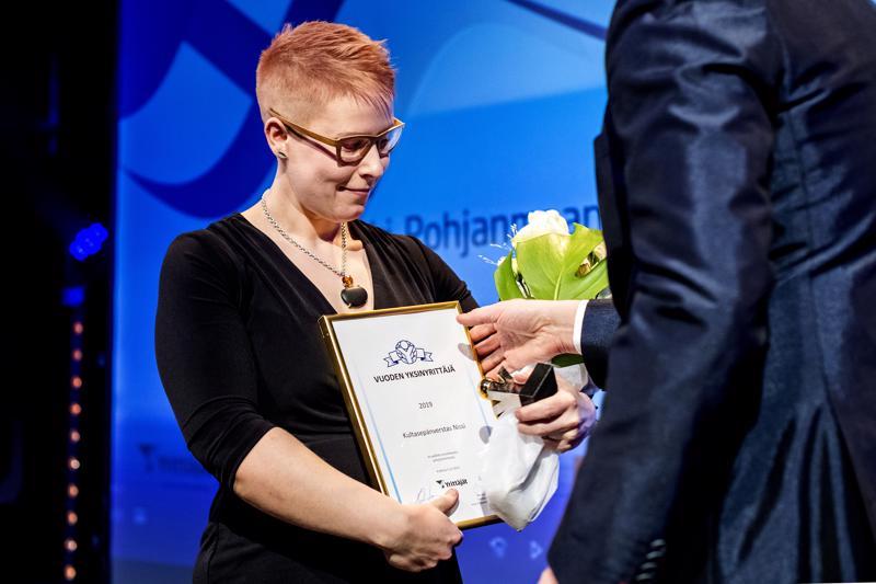 Maakunnallisen yksinyrittäjäpalkinnon sai kokkolalainen Laura Nissi.