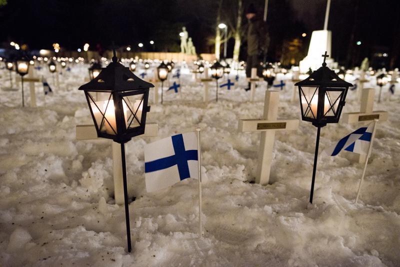 Lumi auttoi lipunkiinnittäjiä. Ainoa huoli oli, että se ehtii sulaa itsenäisyyspäivän aikana.