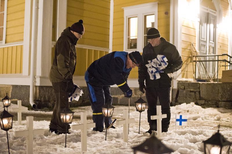 Reijo Saviluoto (vas.), Eino Mehtälä ja Yrjö Muilu kiinnittivät lippuja sankarihaudoille.