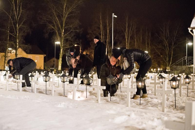 Kynttilät syttyivät Nivalan Urhelijoiden hiihtäjien toimesta.