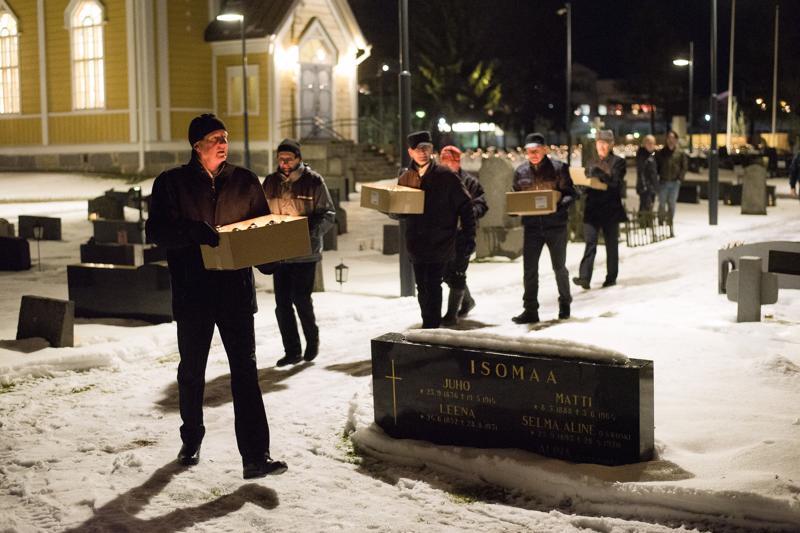 Hiihtojaoston väki sytytti kynttilät valmiiksi ja kantoi ne sitten Kyösti Kallion haudalle.