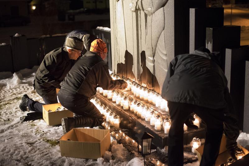 Kynttilöitä aseteltiin sieviin riveihin yhteensä 102.