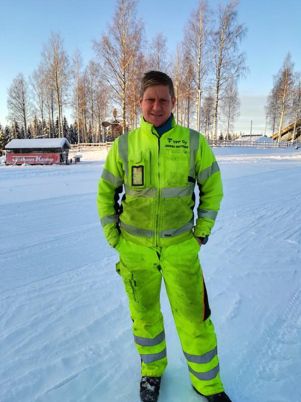 Entinen aktiiviurheilija Jarkko Huttunen ei osaa levätä laakereillaan ja niinpä lyhyen tapaamisemme jälkeen hän jälleen suuntaa vuorelle latuvalojen asennushommiin.