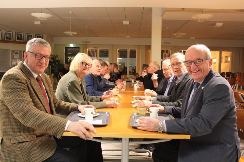 Vasemmalta Tuomo Juntunen, Aaro Pajarin tytär Helena Turpeinen, Pekka Kyllönen, Olavi Vierimaa, Markku Koski ja Kalervo Sipi.