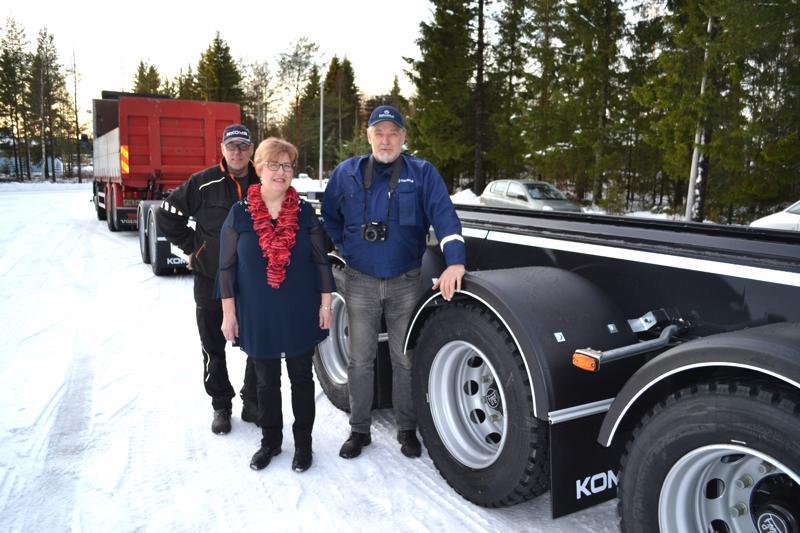 Tuomo Siltala ajoi Kome Oy:llä valmistetun vaihtolavaperävaunun ensikatsastukseen. Eija Kananen ja Erkki Jämsä hoitivat katsastusasiat kuntoon.