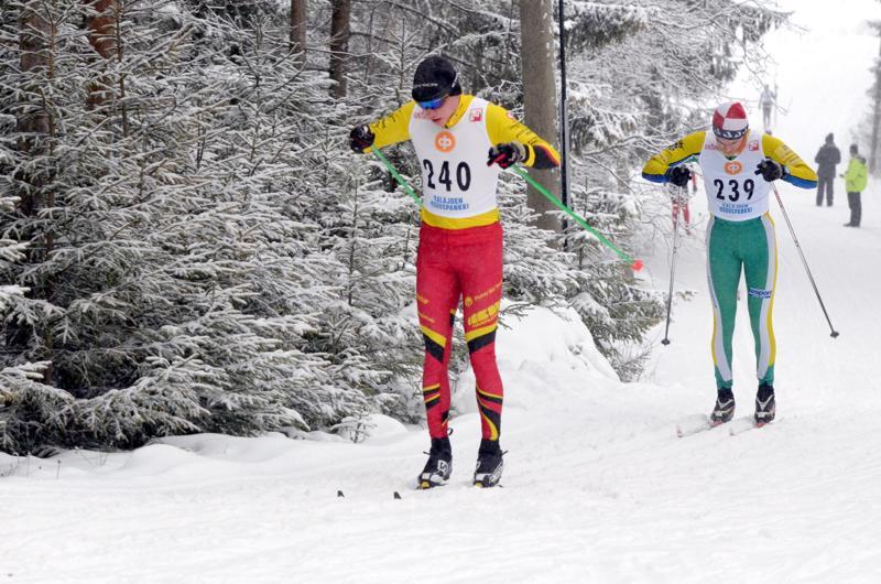 Jaakko Halonen hiihti Jussi Kurikkalan hiihdoissa Kalajoella 16.1.2016 Pyhäjärven Pohdin väreissä. Peesissä Matti Keskitalo Haapajärven Kiiloista.