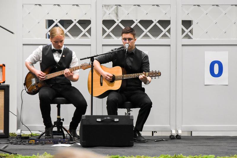 Jasper Ranta-Nilkku (vas..) ja Vertti Jokela (oik.) esiintyivät viime kesänä Reisjärven 150-vuotisjuhlassa.