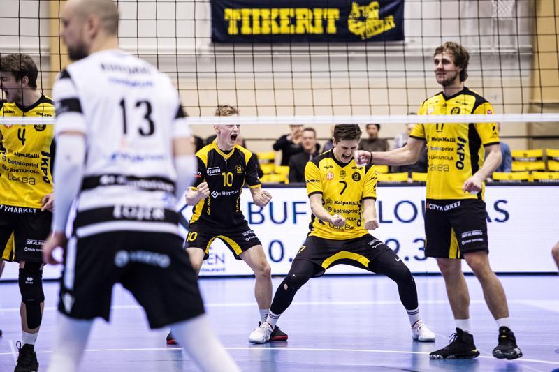 Anton Välimaan, Niklas Breilinin, Jere Mäkisen ja Antti Leppälän ilmeet olivat huomattavasti iloisemmat kuin Olli Kunnarilla verkon toisella puolella.