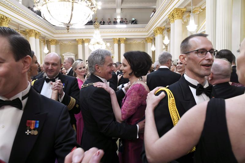 Presidentti Sauli Niinistö ja vaimo Jenni Haukio tanssin pyörteissä linnan juhlissa itsenäisyyspäivänä Helsingissä.
