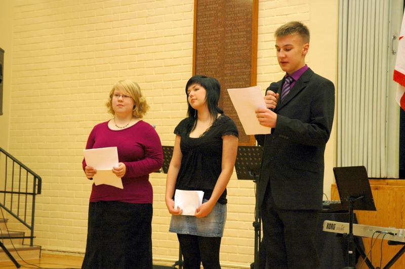 Yhdeksäsluokkalaiset Kaisa Erkkilä, Eija Vuorenmaa ja Jere Haukipuro olivat lukeneet luokkakavereidensa omalle maalle kirjoittamia runoja itsenäisyyspäivän juhlassa.
