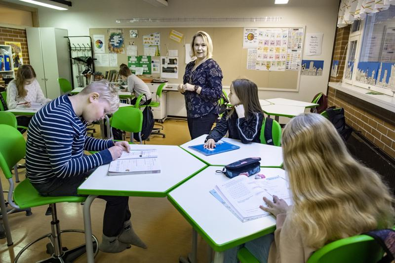Kielten lehtori Tiina Koivusipilä opettaa Halkokarin neljännen luokan oppilaille saksaa. Opetus on alkuvaiheessa leikkisää, opetellaan numeroita ja tervehdyksiä.