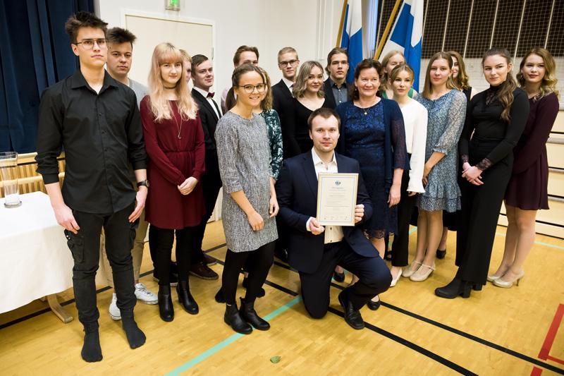 Keskellä olevat Aino Kurtti (vas.), Tuomo Hurtig ja Kaarina Keskitalo halusivat palkitsemisen hetkellä mukaan kuvaan myös palkinnon takuuhenkilöt eli lukion NY-yrittäjät.