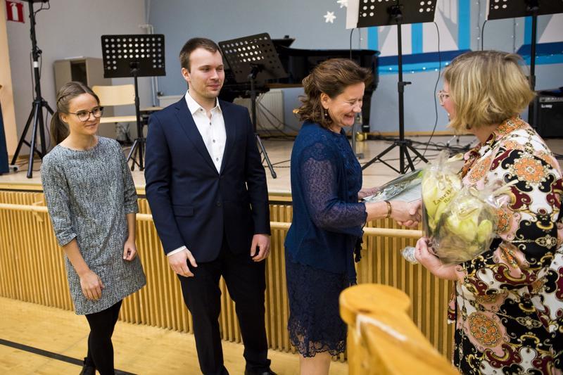 Anna-Mari Simunaniemi (oik.) onnitteli palkinnosta kättelyvuorossa olevaa Kaarina Keskitaloa, Tuomo Hurtigia ja Aino Kurttia.