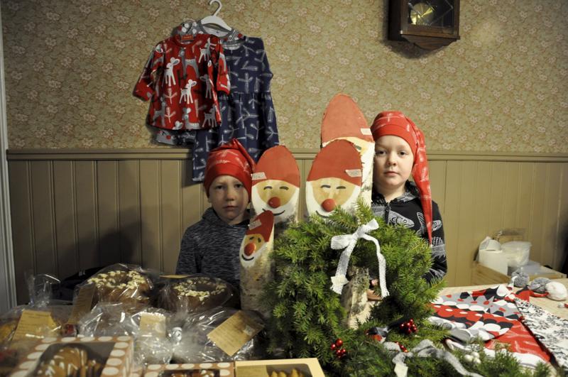 Tonttutehtailijat. Arttu, 6, ja Elmeri, 8, Tuikkanen ovat tehneet puusta tonttuja yhdessä isän kanssa. He myivät niitä Pajamäen Käsintehty -joulumyyjäisissä.