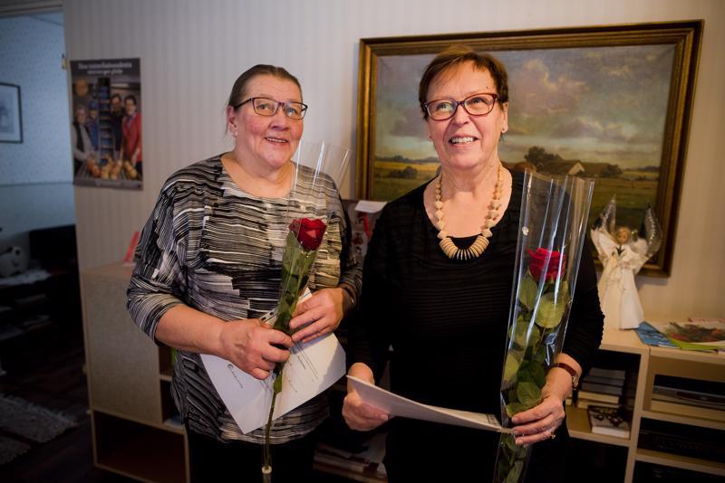 Sirkka Knuuti (oik.) ja Leena Suvanto ovat ahkeria vapaaehtoisia. Heitä muistettiin Juttutuvalla tehdystä vapaaehtoistyöstä torstaina, kansainvälisenä vapaaehtoisten päivänä.