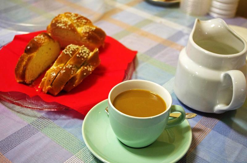 Pullakahvit Juttutuvalla maksavat tavallisesti puolitoista euroa, mutta joskus kävijät yllätetään tarjoamalla ilmaiset kahvit.
