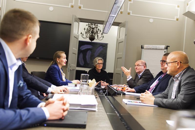 Teknologiateollisuuden työmarkkinajohtaja Minna Helteen (vasemmalla) edustamat työnantajat ja Teollisuusliiton puheenjohtaja Riku Aallon (keskellä oikealla) edustamat työntekijät eivät ole päässeet sopuun palkankorotusten koosta. Keskellä valtakunnansovittelija Vuokko Piekkala.