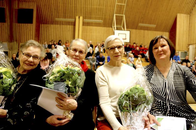 Poetasta Irja Tunkkari, Paula Saari, Tuula Pulkkinen ja Hilkka Klemola noutivat ryhmälle myönnetyn Vetelin kunnan kulttuuripalkinnon.