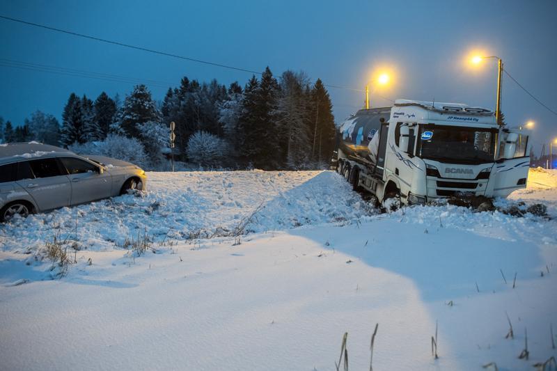 Kälviällä sattui maanantaiaamuna tieliikenneonnettomuus tiellä 28.