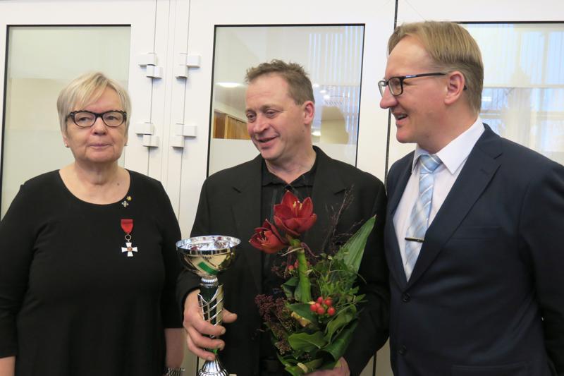 Nivala-Seura ry valitsi Vuoden nivalalaiseksi Pasi Keskisarjan. Palkinnon luovuttivat seuran toiminnanjohtaja Hanna Järviluoma ja seuran puheenjohtaja Kim Oja.