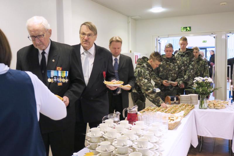 Itsenäisyys 102 vuotta –juhla aloitettiin kahvituksella. Etualalla Laattatoimikunnan puheenjohtaja Jorma Salkosalo, Pekka Vilkuna sekä juhlapuheen pitänyt Markus Ahokangas.